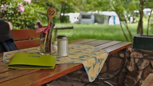 Tisch auf der Terrasse | Naturfreundehaus Billtalhöhe | Waldgaststätte | Königstein im Taunus