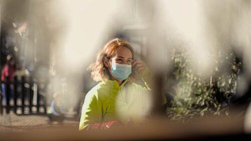 Eine Besucherin an der Durchreiche in Zeiten der Coronakrise
