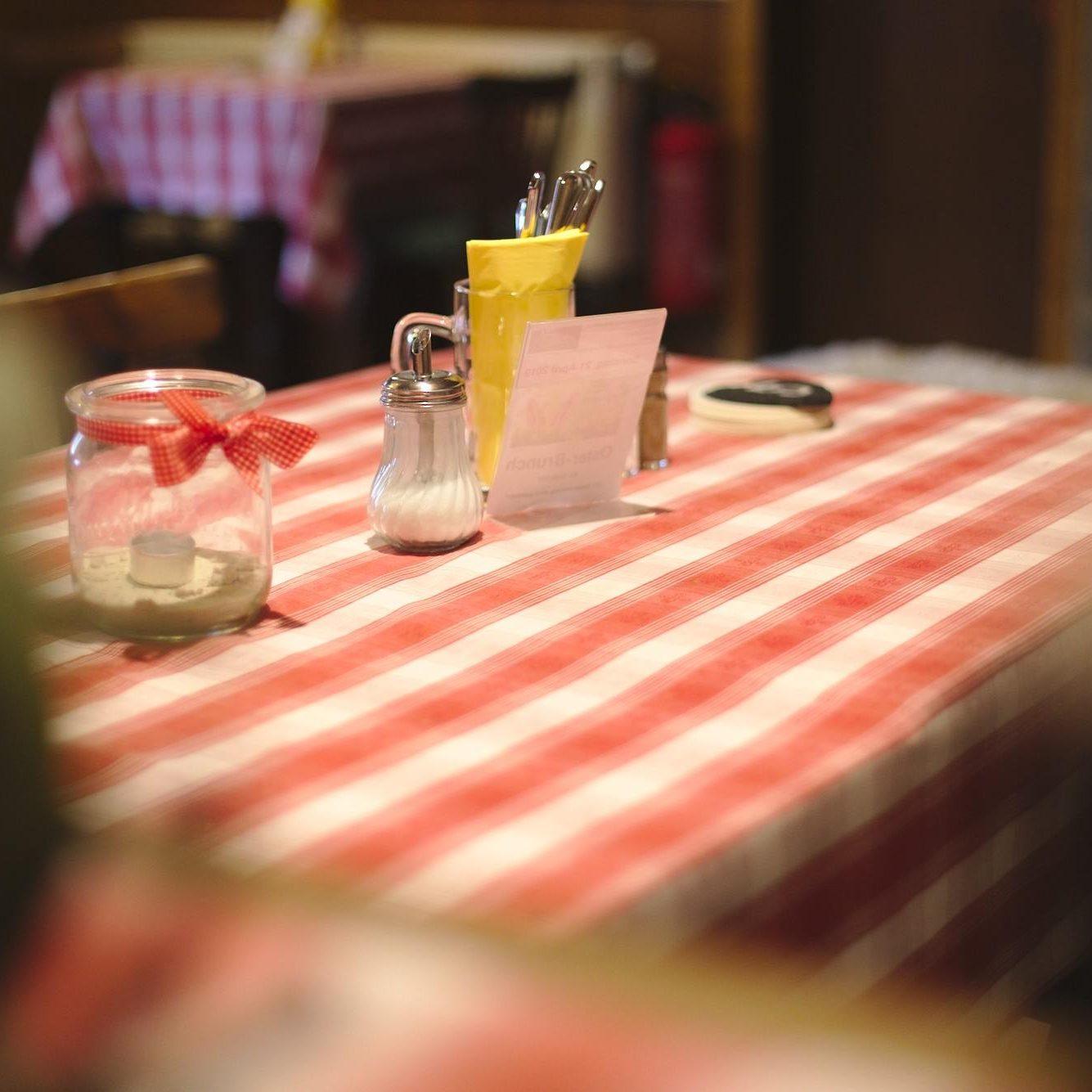 Tisch in der Gaststube - Innenraum | Naturfreundehaus Billtalhöhe | Waldgaststätte | Königstein im Taunus